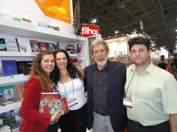 Gracil, o esposo e os representantes da editora