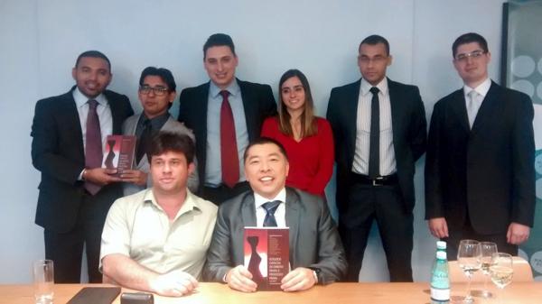 O editor Fernando, o Coordenador do livro Claudio e atrás os autores
